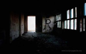 55abandoned-building-with-guttersnipe-R